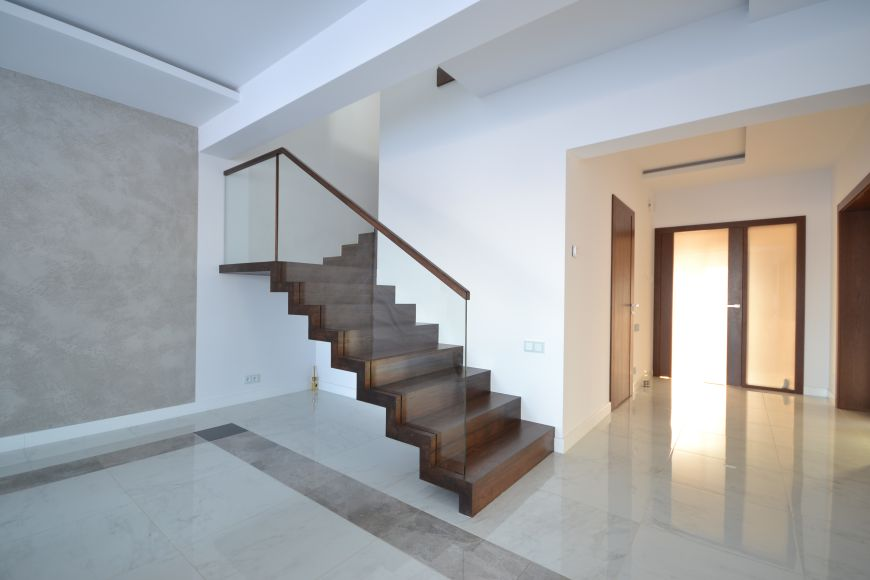 Wspaniały Schody dywanowe z balustradą szklaną 11 - producent schodów VQ53